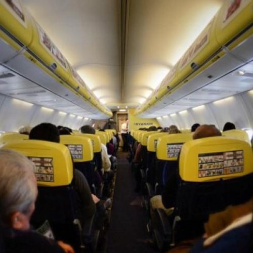 Sigarette elettroniche, fumare in aereo forse si può