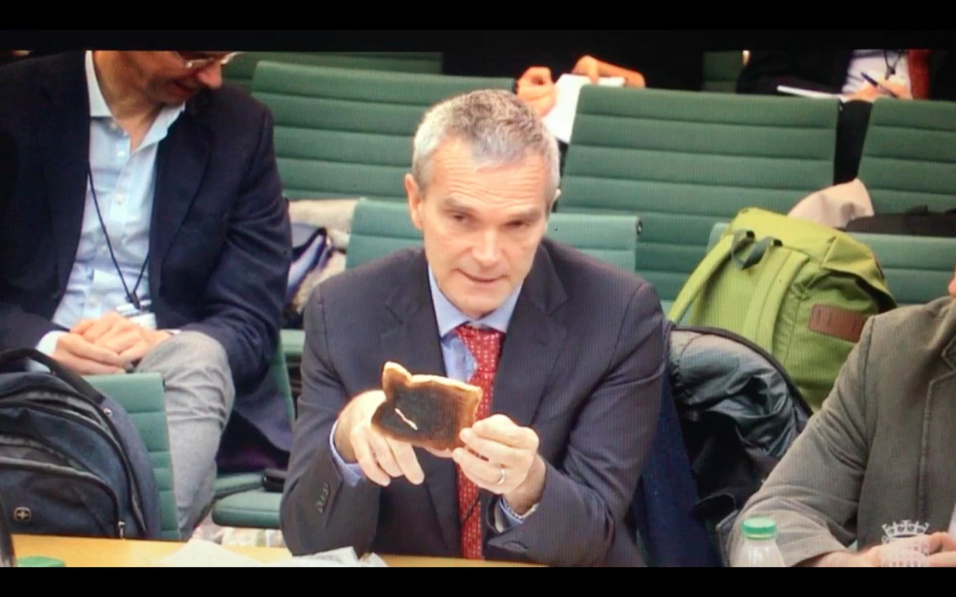 """Il """"toast bruciato"""" di Polosa al Parlamento inglese"""